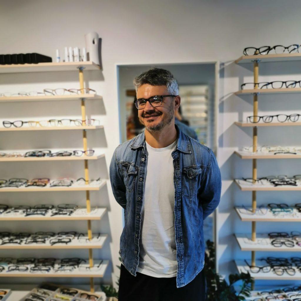 mężczyzna w trakcie doboru okularów korekcyjnych