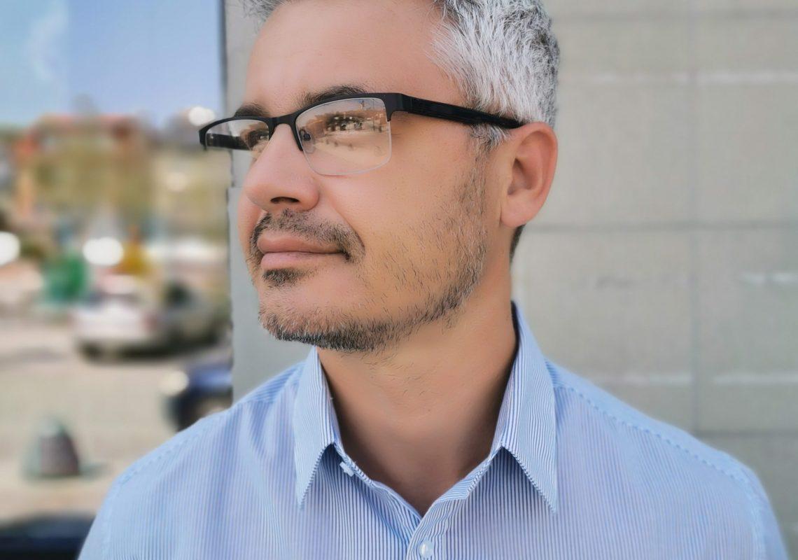 mężczyzna w okularach korekcyjnych